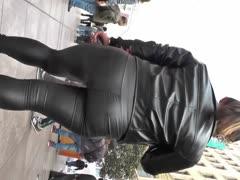 少妇嘀丰臀紧身皮裤